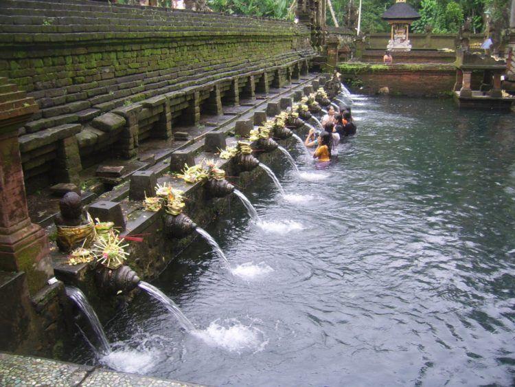 Pancuran air di kolam Pura Tirta Empul