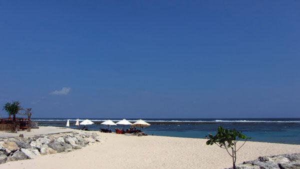 Pasir putih yang menghiasi Pantai Pandawa